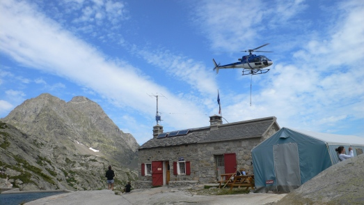 Supply helicopter at the Refuge d'Arremoulit
